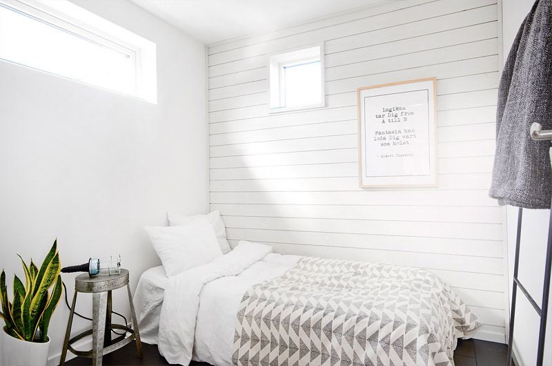 moderni-puutalo-valkoinen-makuuhuone