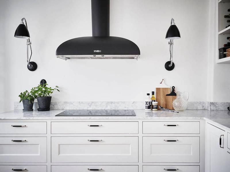 elegantti-mustavalkoinen-sisustus-keittio-valaistus