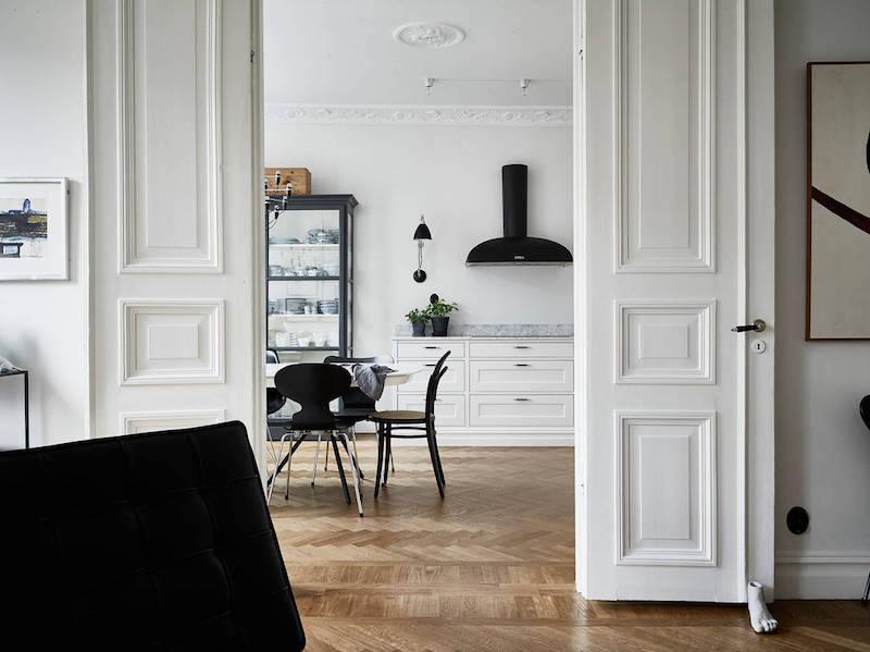 elegantti-mustavalkoinen-sisustus-pariovet