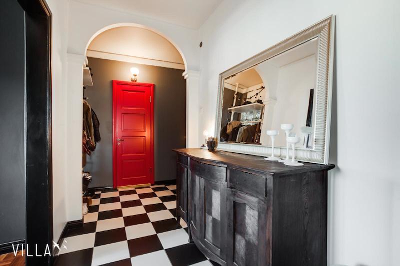 eteinen-mustavalkoinen-ruutulattia-punainen-ovi