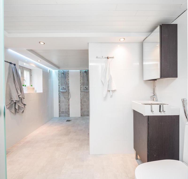 moderni-vaalea-kylpyhuone