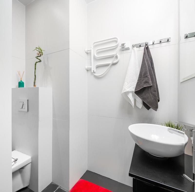 yksio-kylpyhuone-valkoinen