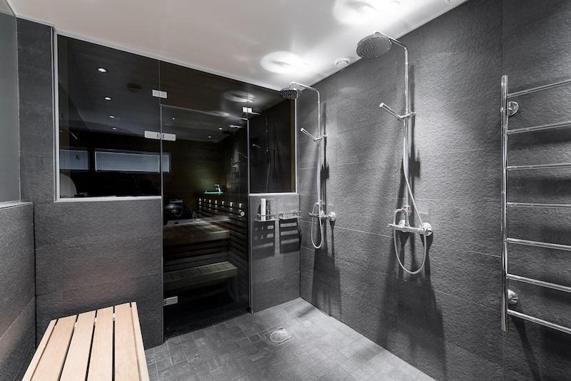 valkoinen-kivitalo-sisustus-kylpyhuone-harmaa