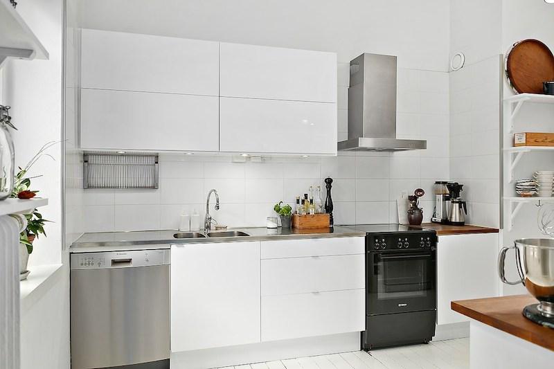 keittio-sisustus-valkoiset-puulattiat