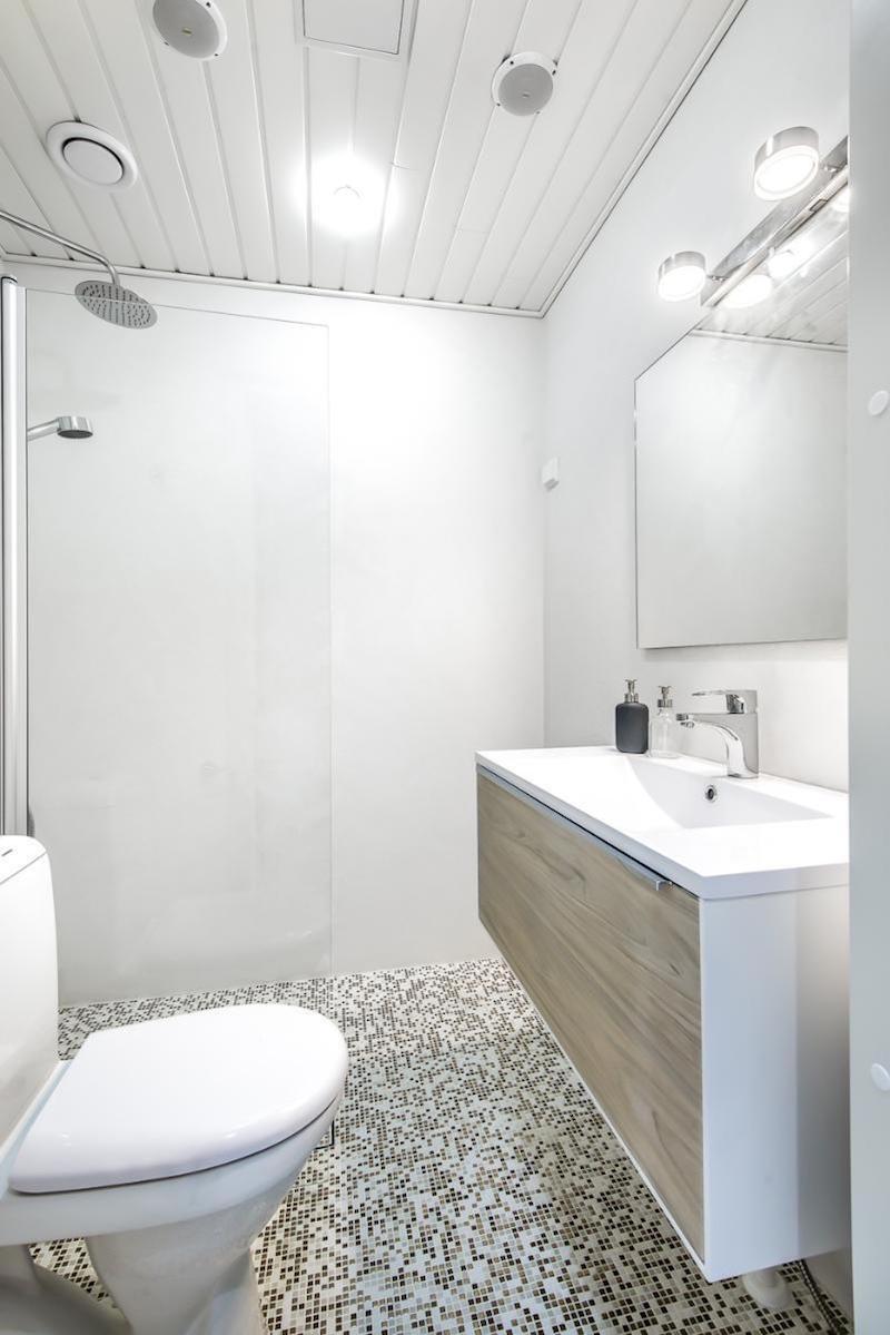kylpyhuone-vaaleaa-ja-valoisaa