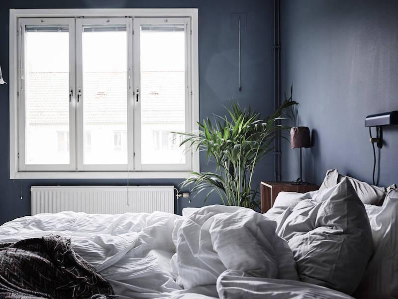 makuuhuone-valo-valkoinen-harmaa-puu-sisustus