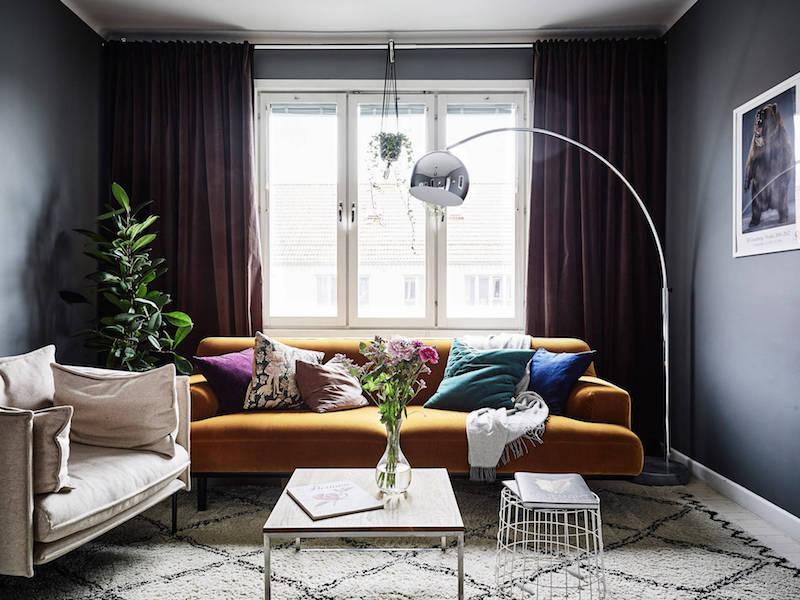 olouhuone-sohva-valkoinen-harmaa-puu-sisustus