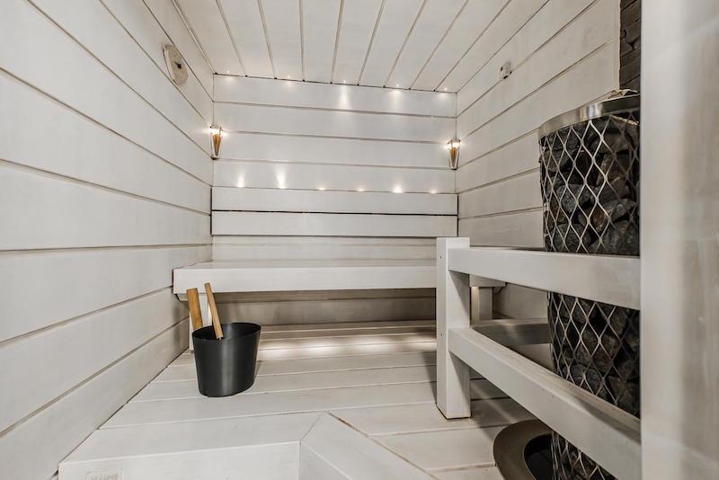 vaalea-sauna-sisustuksen-kauniit-savyt