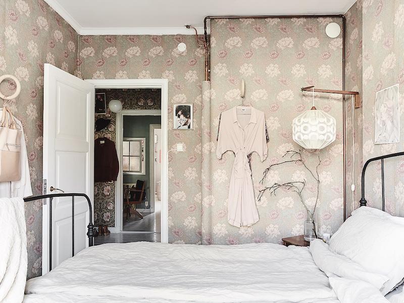 kukkatapetti-makuuhuone-sisustus-rohkeita-yksityiskohtia