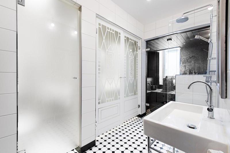 kylpyhuone-modern-mustavalkoinen-sisustus