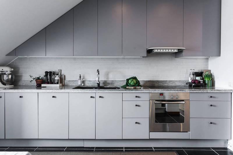 moderni-kattohuoneisto-harmaa-keittio