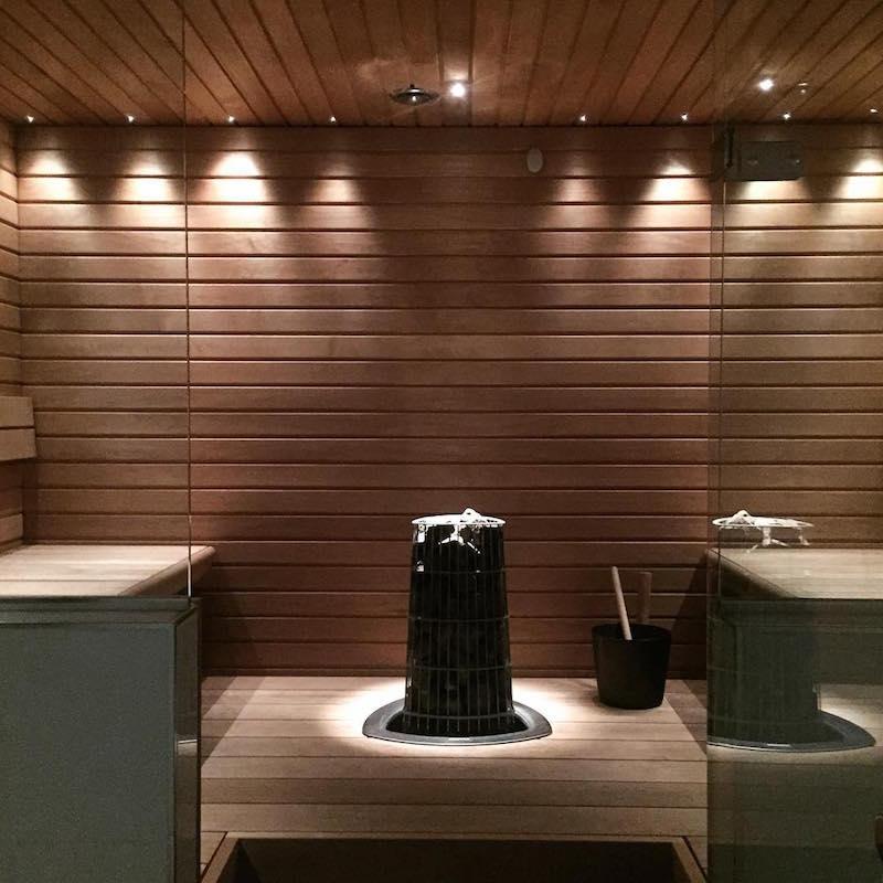 moderni-sauna-valkoista-ja-mustaa-sisustus