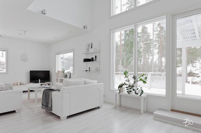 suuret-ikkunat-sisustus-vari-valkoinen