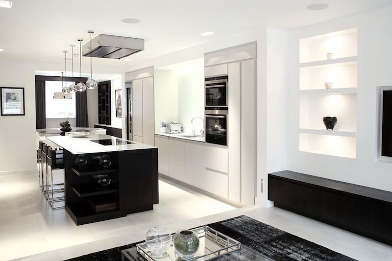 elegantti-mustavalkoinen-keittio-hyllyt