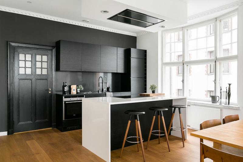 mustavalkoista-kontrastia-puuta-keittio