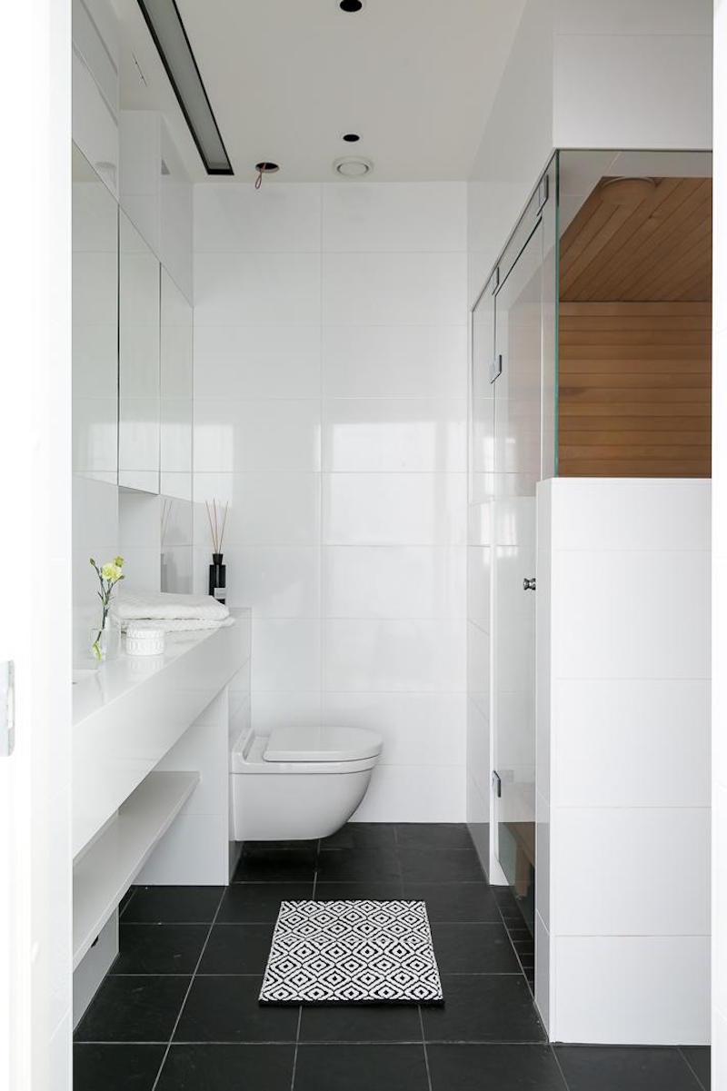 mustavalkoista-kontrastia-puuta-kylpyhuone
