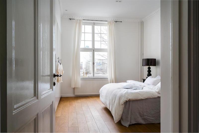 mustavalkoista-kontrastia-puuta-makuuhuone