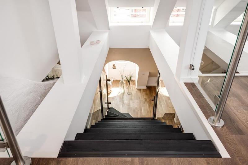 elegantti-sisustus-kattohuoneisto-portaikko