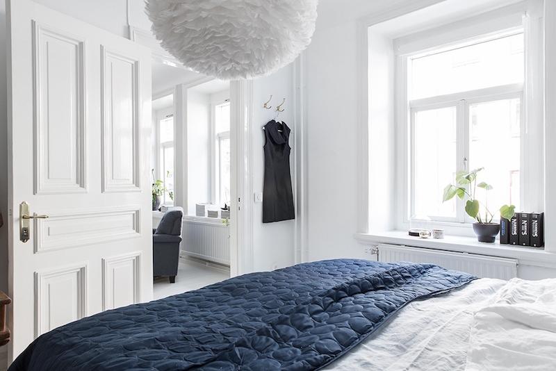 makuuhuone-sisustus-siniharmaa-valkoinen