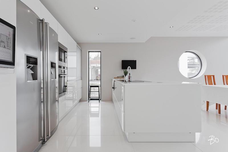 moderni-valkoinen-sisustus-keittio