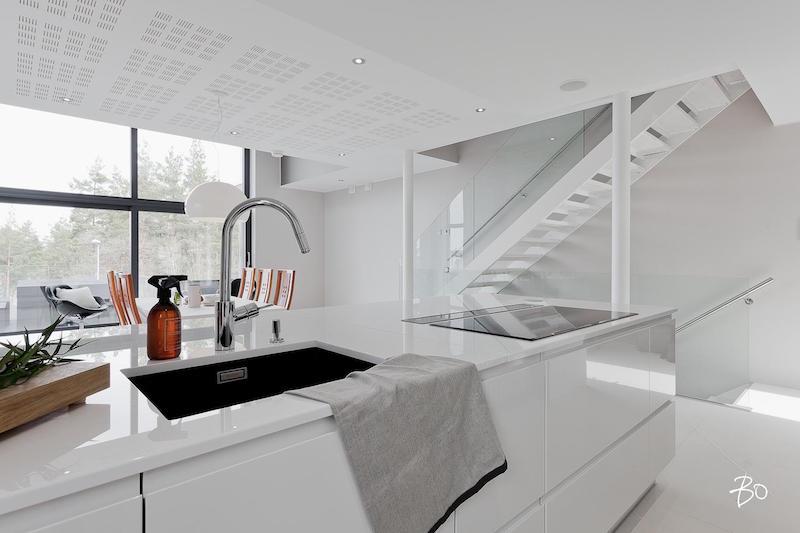 moderni-valkoinen-sisustus-keittiosaareke