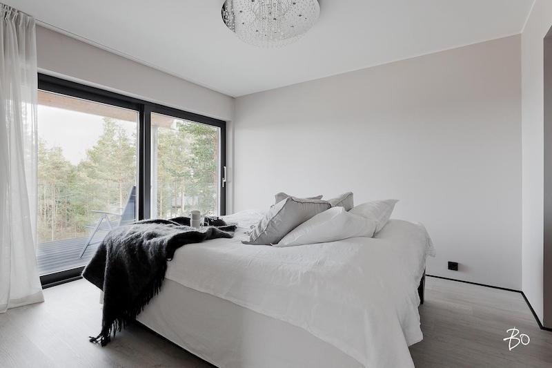 moderni-valkoinen-sisustus-makuuhuone