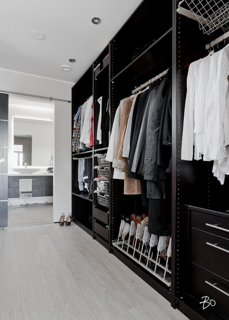 moderni-valkoinen-sisustus-pukeutumishuone