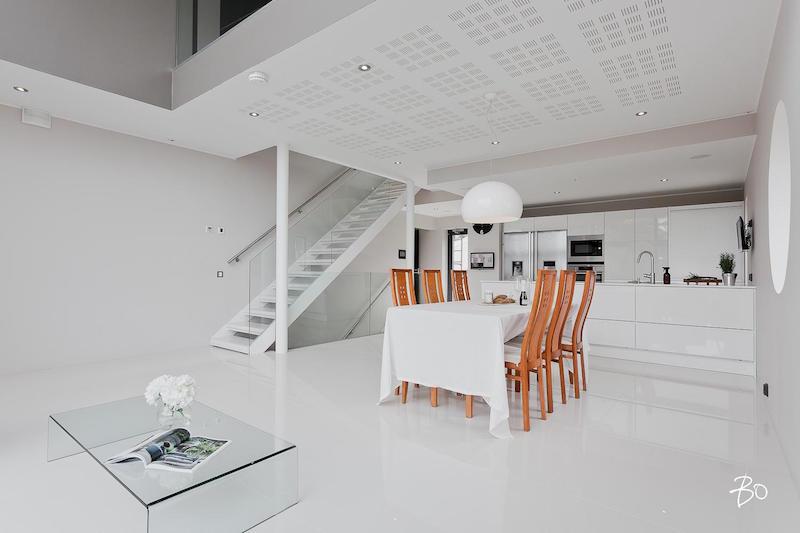 moderni-valkoinen-sisustus-ruokailutila