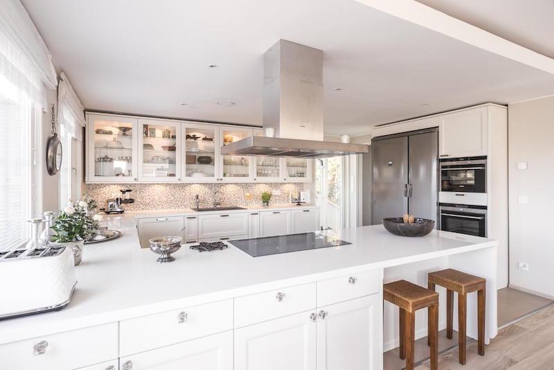 sisustus-puuta-valkoista-keittio