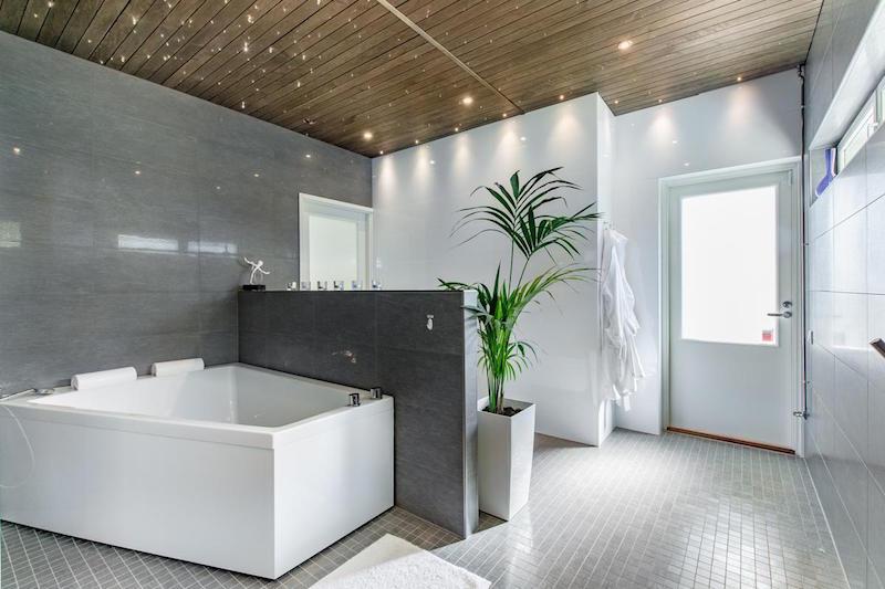 sisustus-moderni-kivitalo-kylpytilat