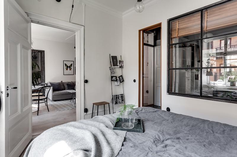 teollista-mustaa-sisustukseen-makuuhuone-ikkuna