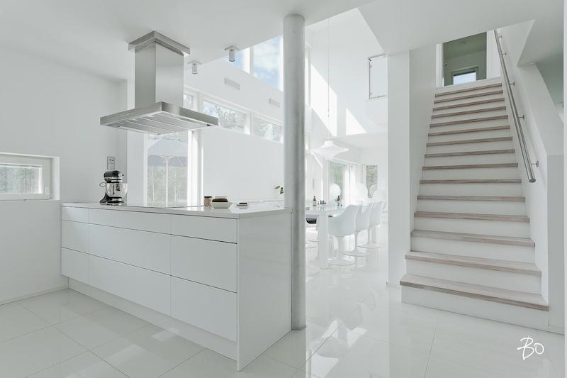 valkoinen-koti-keittio-portaat