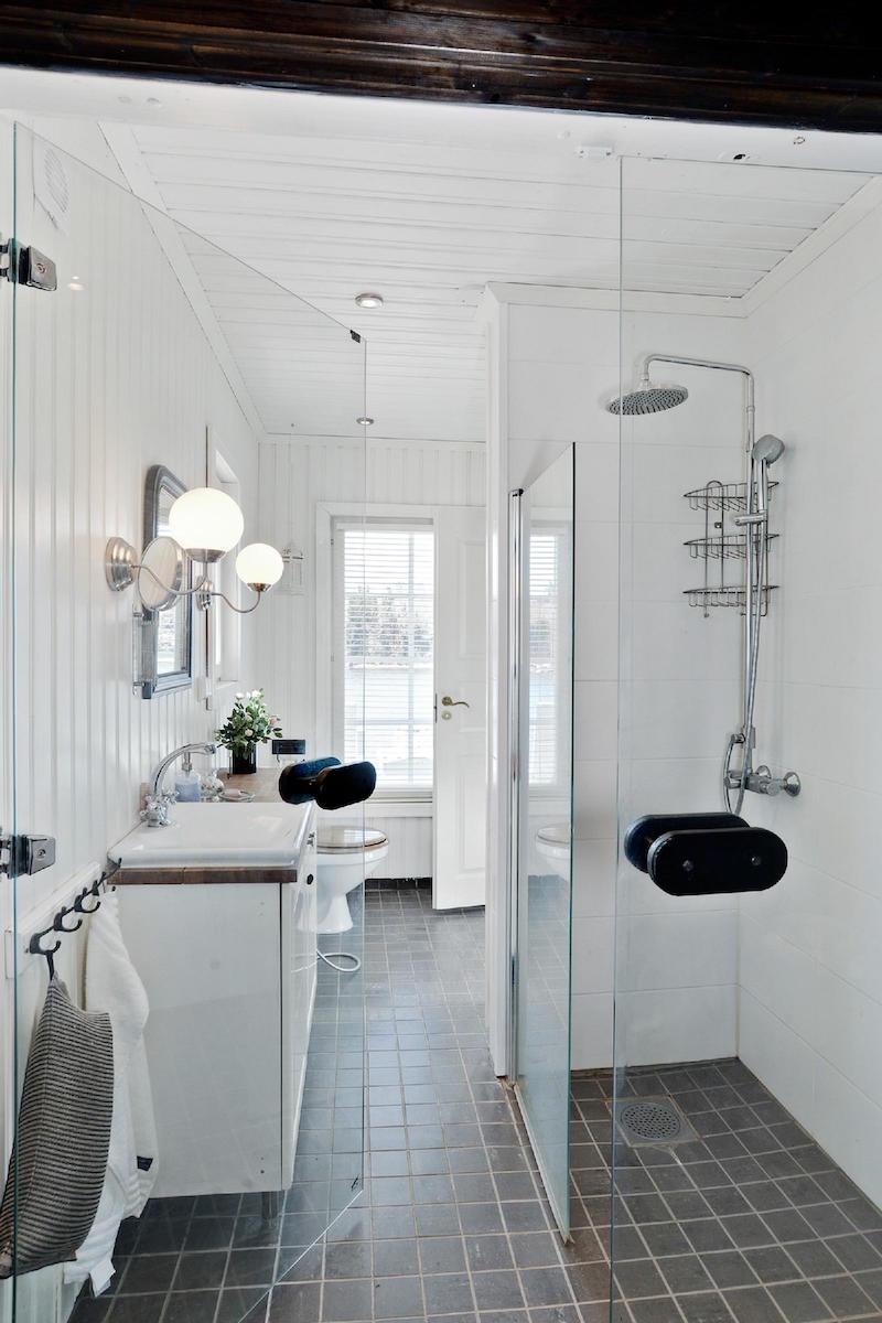 valkoinen-unelma-merenrannalla-rantasauna-kylpyhuone
