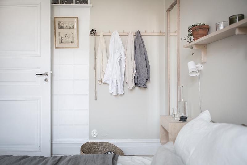 sisustus-vaalea-puu-makuuhuone-naulakot