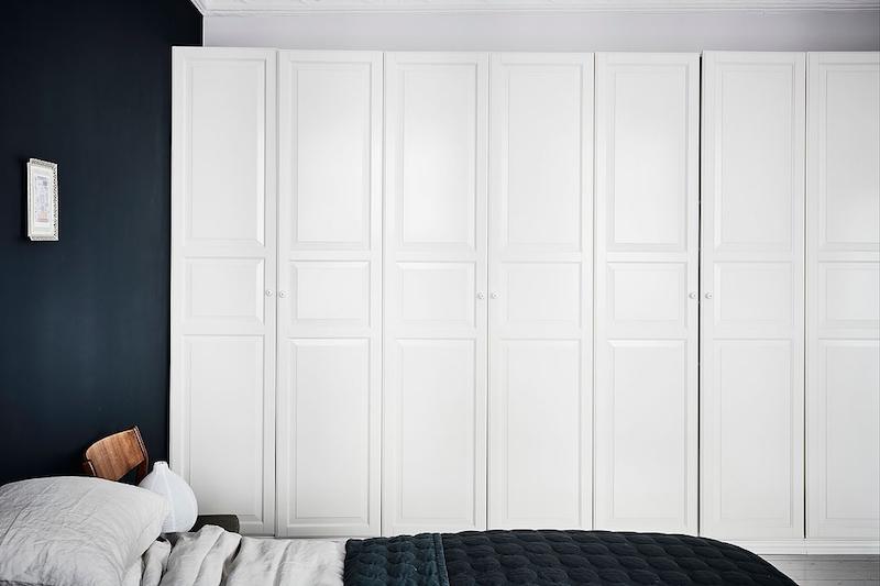 skandinaavinen-sisustus-makuuhuone-vaatekaapit