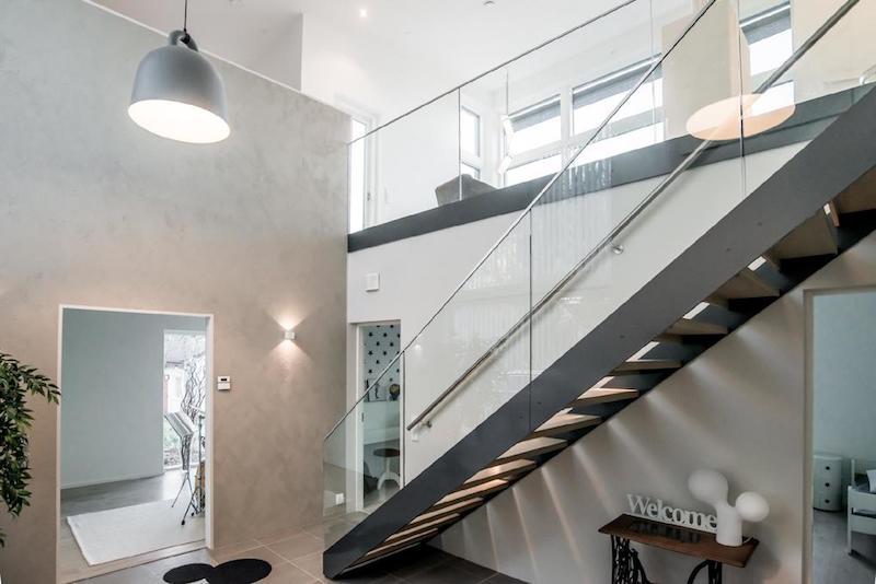 kivitalo-valkoinen-portaat
