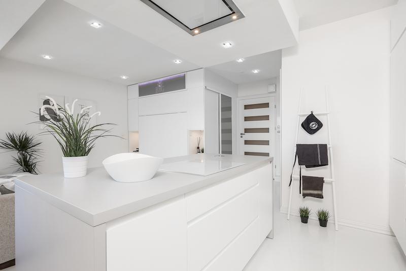 valkoinen-upea-yksio-keittiossa