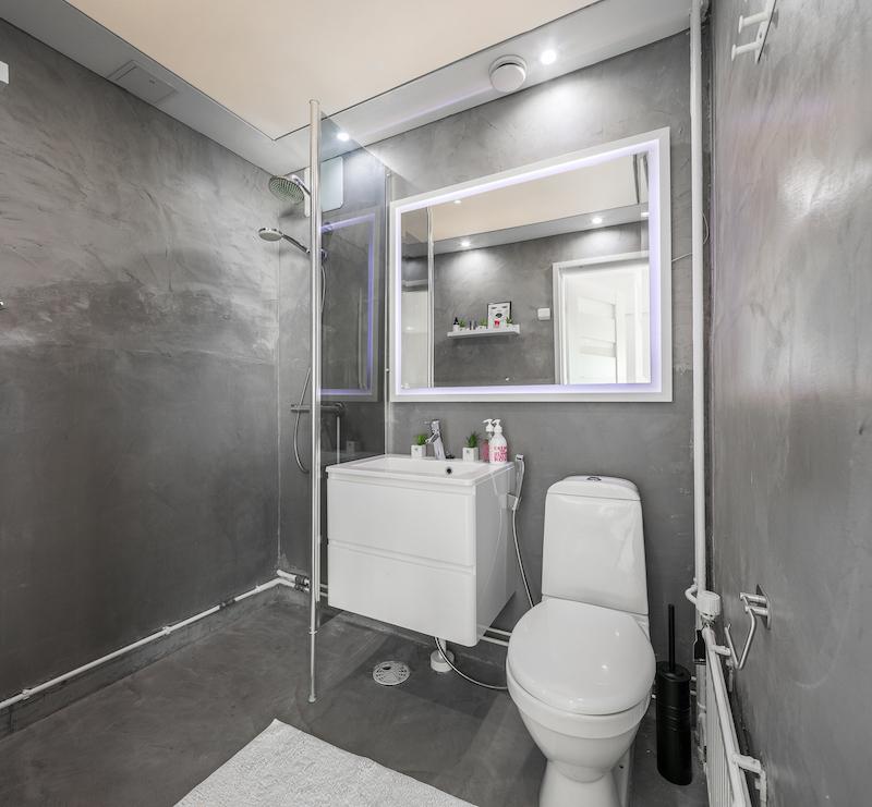 valkoinen-upea-yksio-kylpyhuone