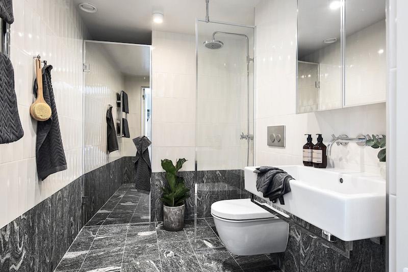 kaksio-parvella-mustavalkoinen-kylpyhuone