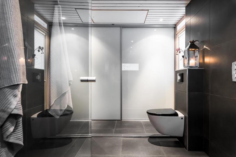 tunnelmallinen-mokki-kylpyhuone